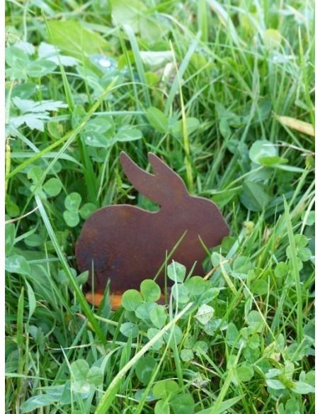 kleiner Hase sitzt im Gras
