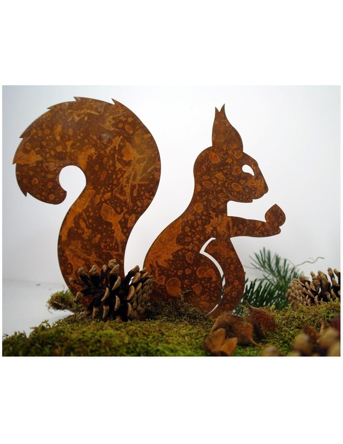 edelrost deko eichhörnchen mit nuß in der hand auf platte