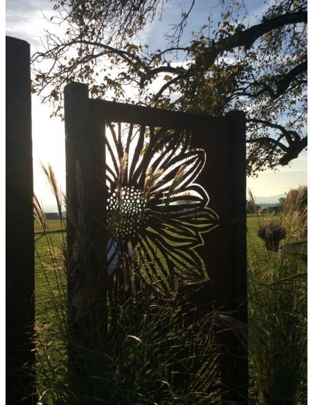 Paravent Gerbera geschlossen Sichtschutz aus Edelrost Metall zur Gartendeko