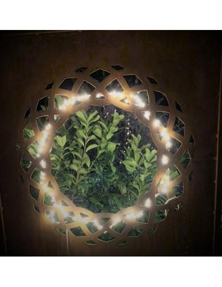 Sichtschutzwand Metall mit Motiv Weidenkranz mit Lichterkette weihanchtlich beleuchtet