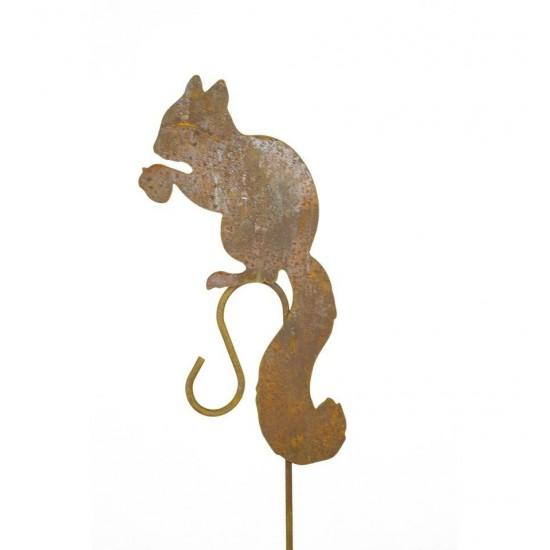 eichhörnchen sitzend mit nuss auf hakenstab