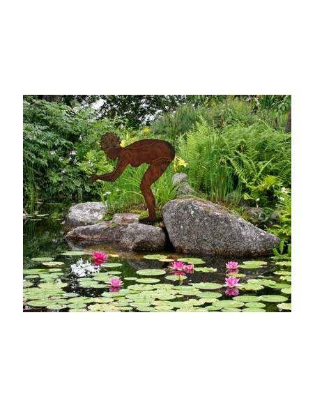 Gartenteich Berta - Edelrost Badefigur 75 cm hoch auf Platte Höhe 75 cm Breite 67 cm