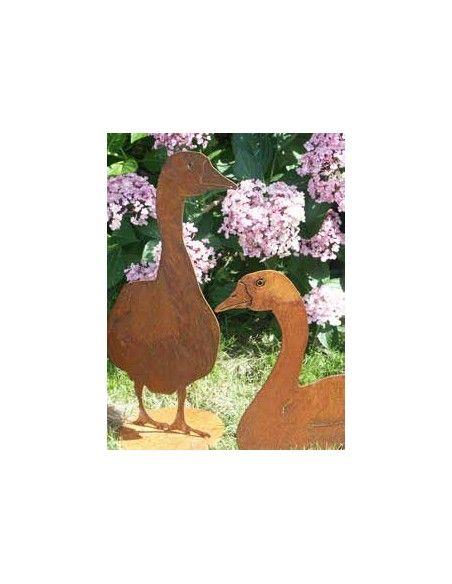 Enten und Gänse Deko Gans sitzend - Höhe 45 cm  Seitlich sitzende Deko Gans aus Metall mit Rost Patina Ganshöhe 46 cm Gansbre