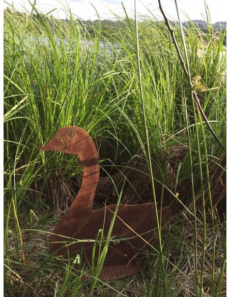 Enten und Gänse Deko Gans sitzend - Höhe 45 cm   Seitlich sitzende Deko Gans aus Metall mit Rost Patina Ganshöhe 46 cm Gansb