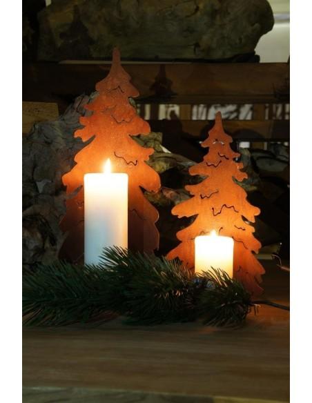 Gebogener Rost Christbaum auf Platte für Kerzen
