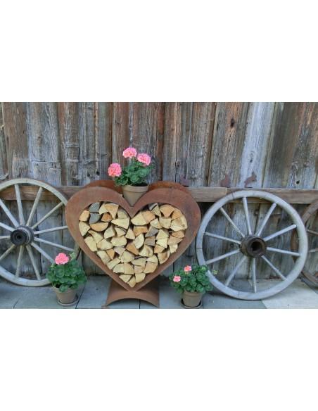 Kaminholz Herz mit alten Wagenräder am Bauernhaus