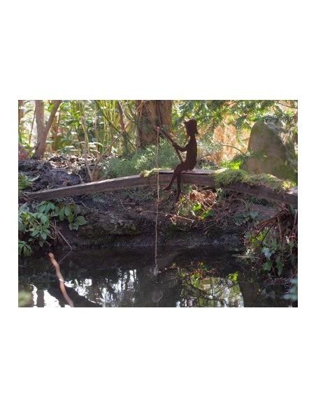 """Kleiner rost Angler """"Finn"""" 30 cm auf Steg sitzend als Kantenhocker, Gartenteich, Brunnen oder Wasserfaß Deko"""