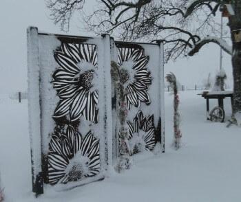 Schneefang und Blickfang in einem: Sichtschutzwand aus Metall