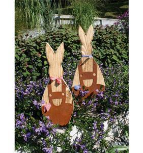 Osterhasen aus Holz als Gartendeko für den Frühling