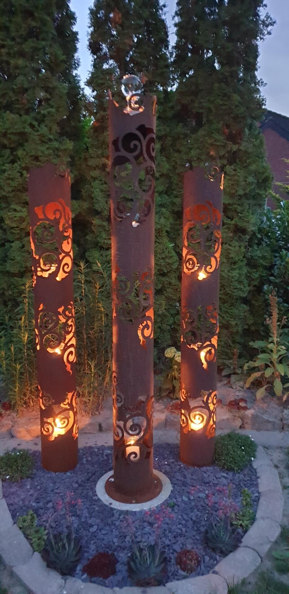Mit einer Lichtsäule und Kerzen den Garten verschönern