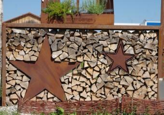Metall Kaminholzregal für Außen weihnachtlich mit Stern dekoriert