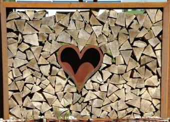Metall Kaminholzregal mit Herz dekoriert - Gartendeko